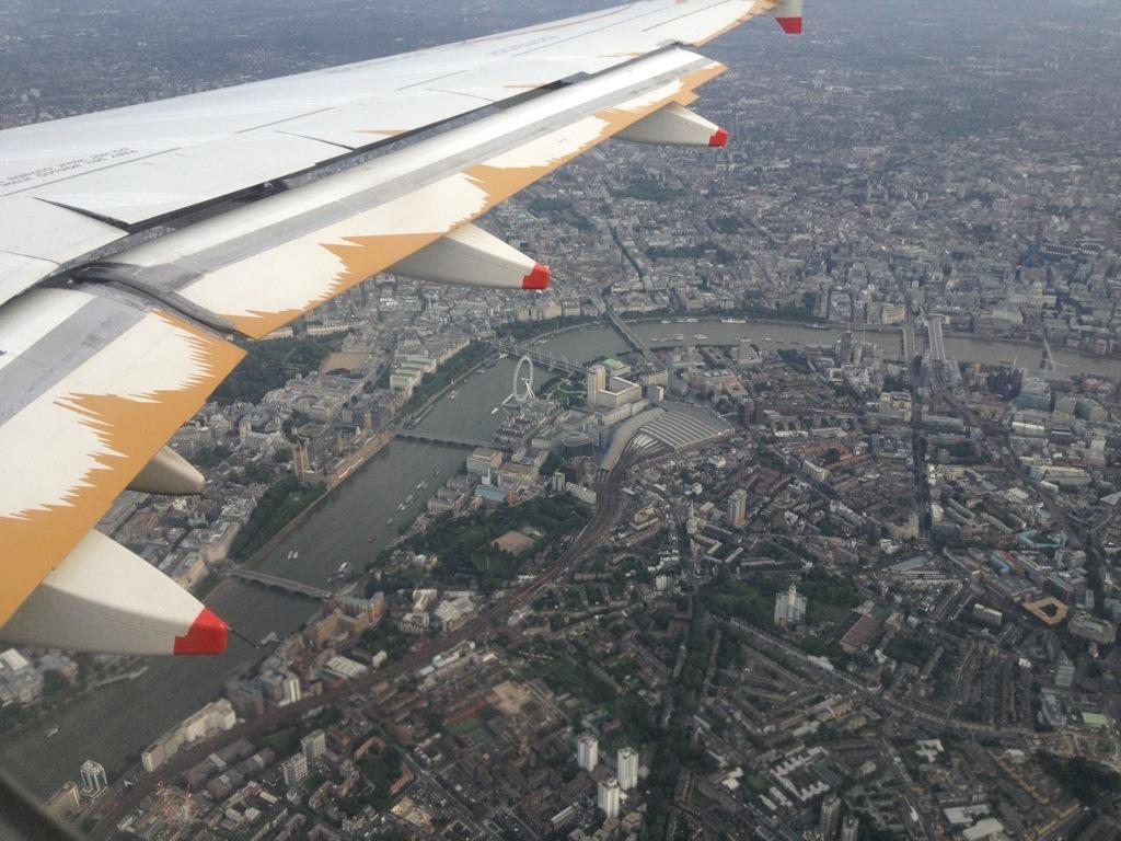 Im Landeanflug über London (mit London Eye und Parlamentsgebäude / Big Ben sichtbar)