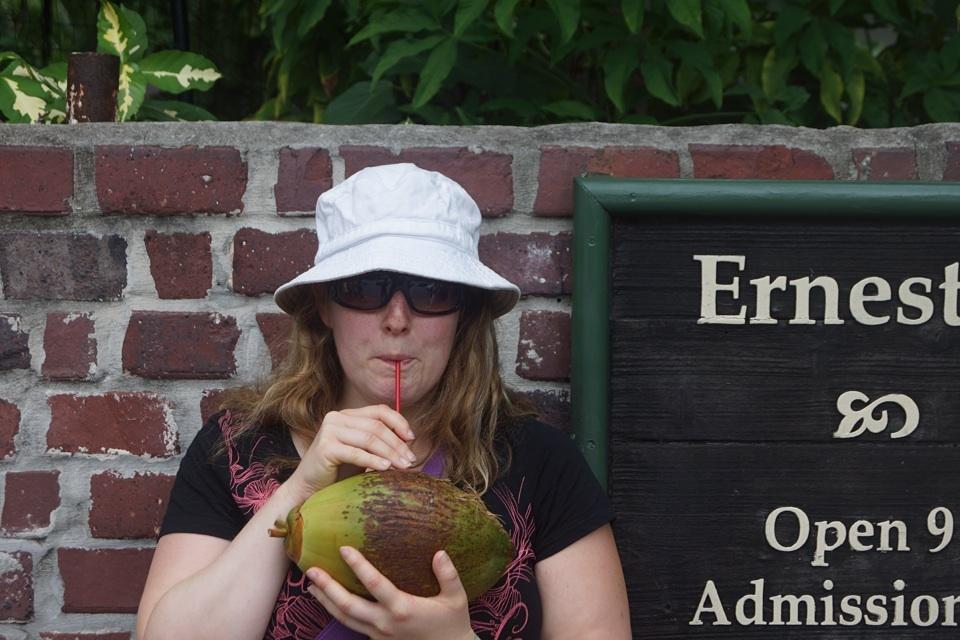 Nina genießt eine frische Kokosnuss