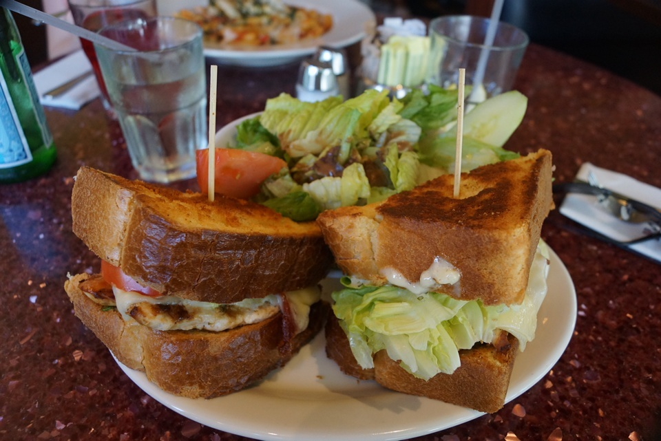 Leckeres Club Sandwich mit Huhn, Avocado, Bacen, Käse und mehr