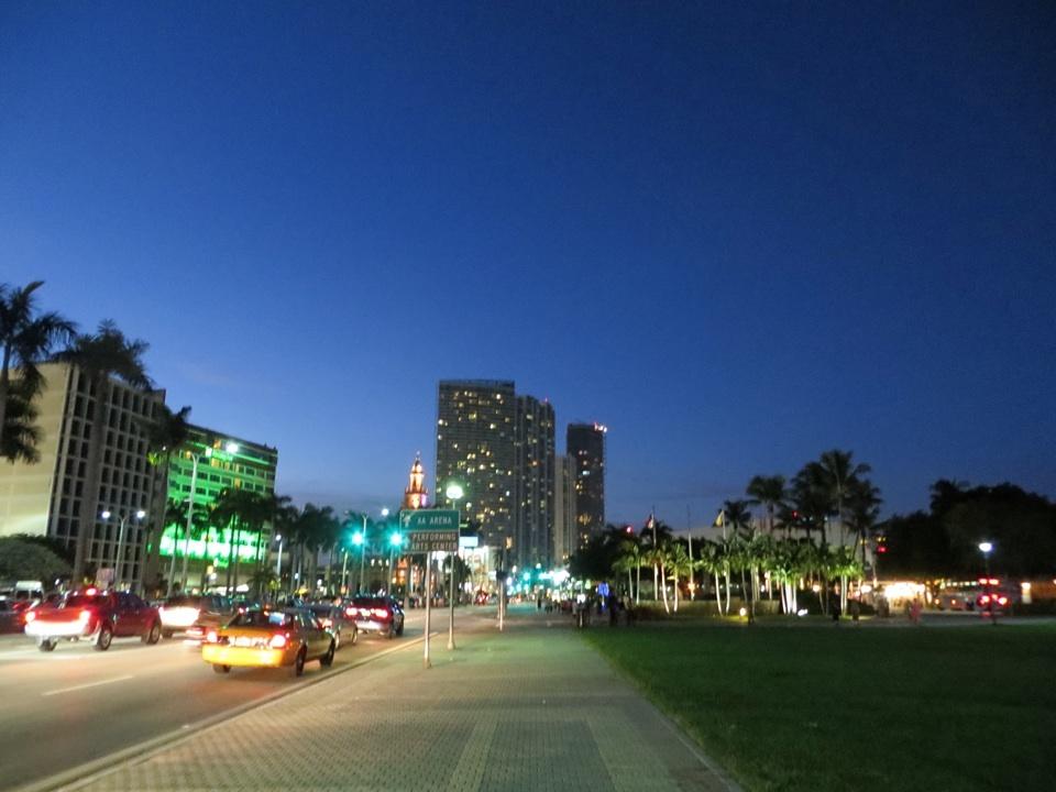Die Hauptstraße beim Hotel