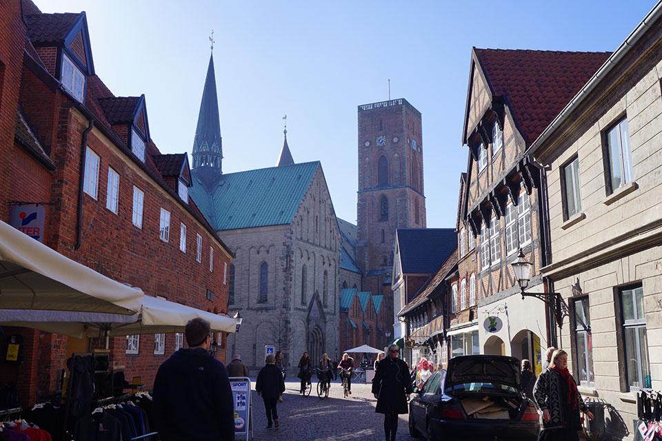 Fußgängerzone mit Kathedrale im Hintergrund