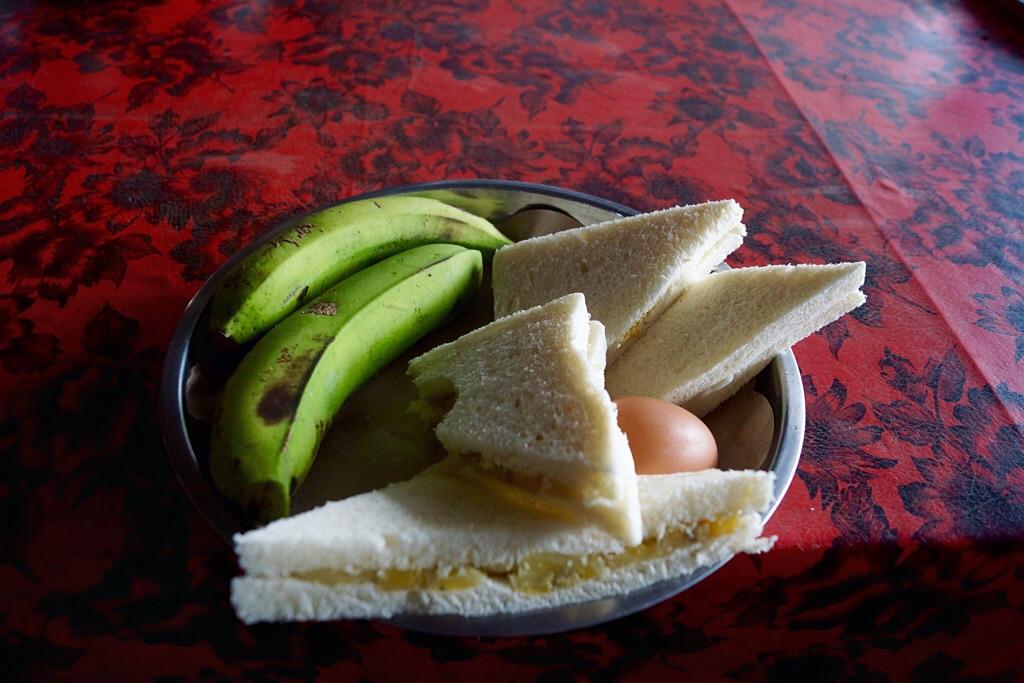 Mein Gipfelfrühstück: Bananasandwich und Ei, gekocht im Dampf des Vulkans!