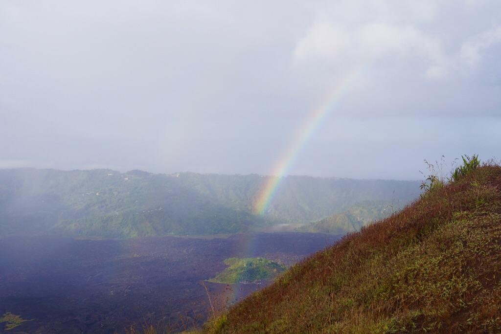 Regenbogen überm Lavafeld