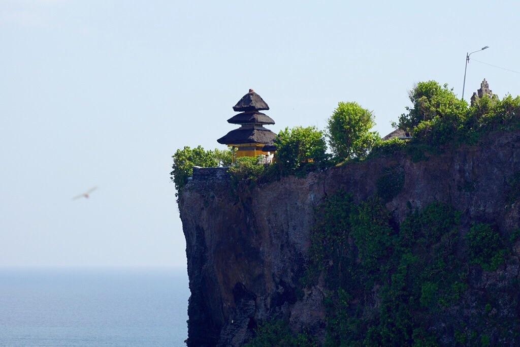 Der Tempel hoch oben über dem Meer