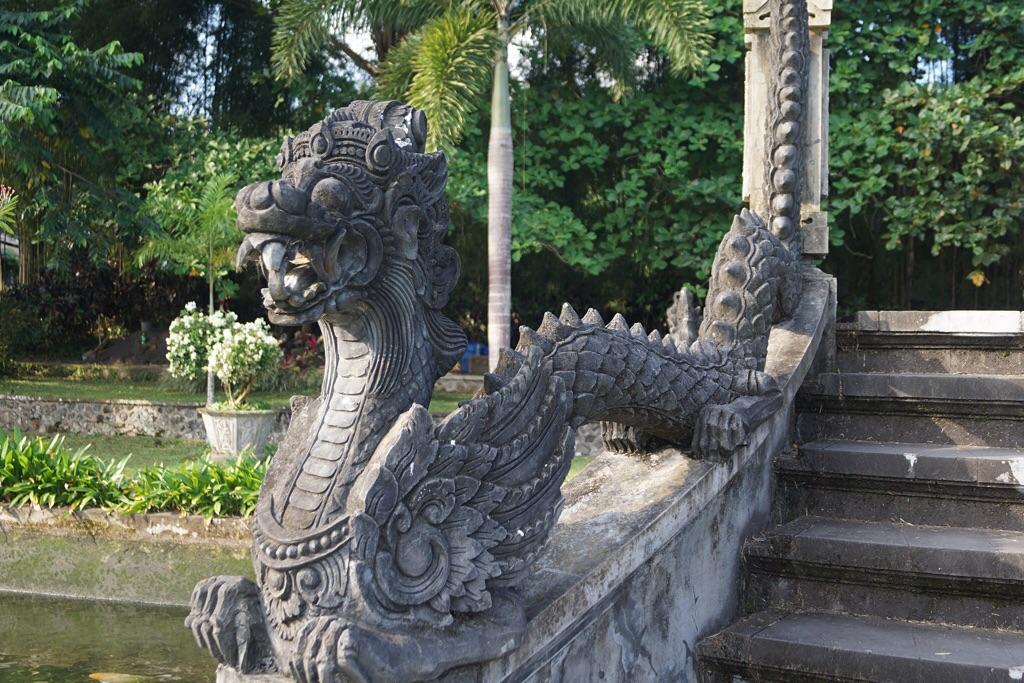 Drachenstatue im Wasserpalast