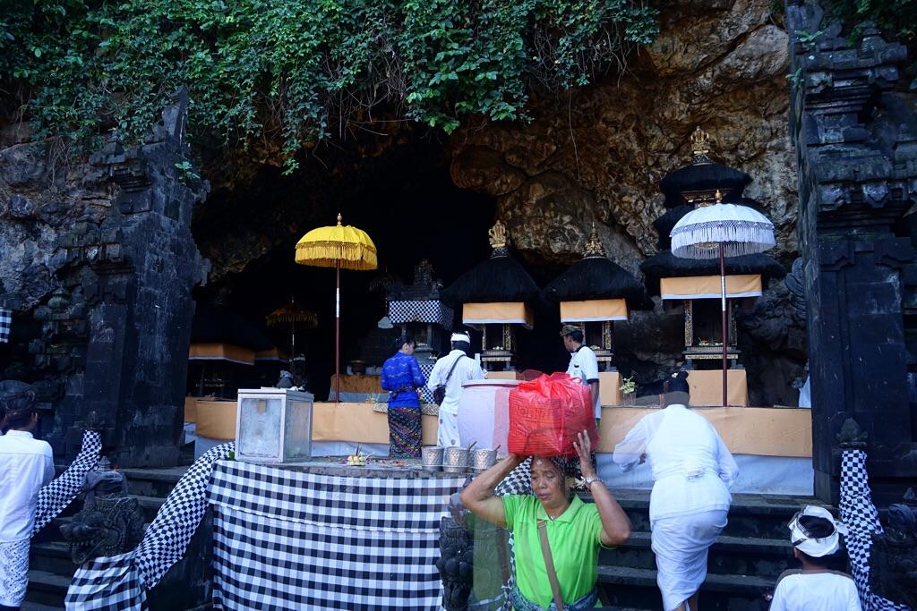 Höhlenöffnung mit Fledermäuse