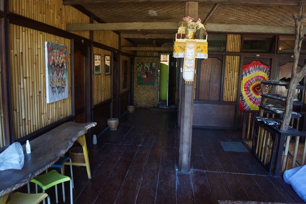 Obergeschoß vom Topi Inn mit Bad am Ende (Padangbai)