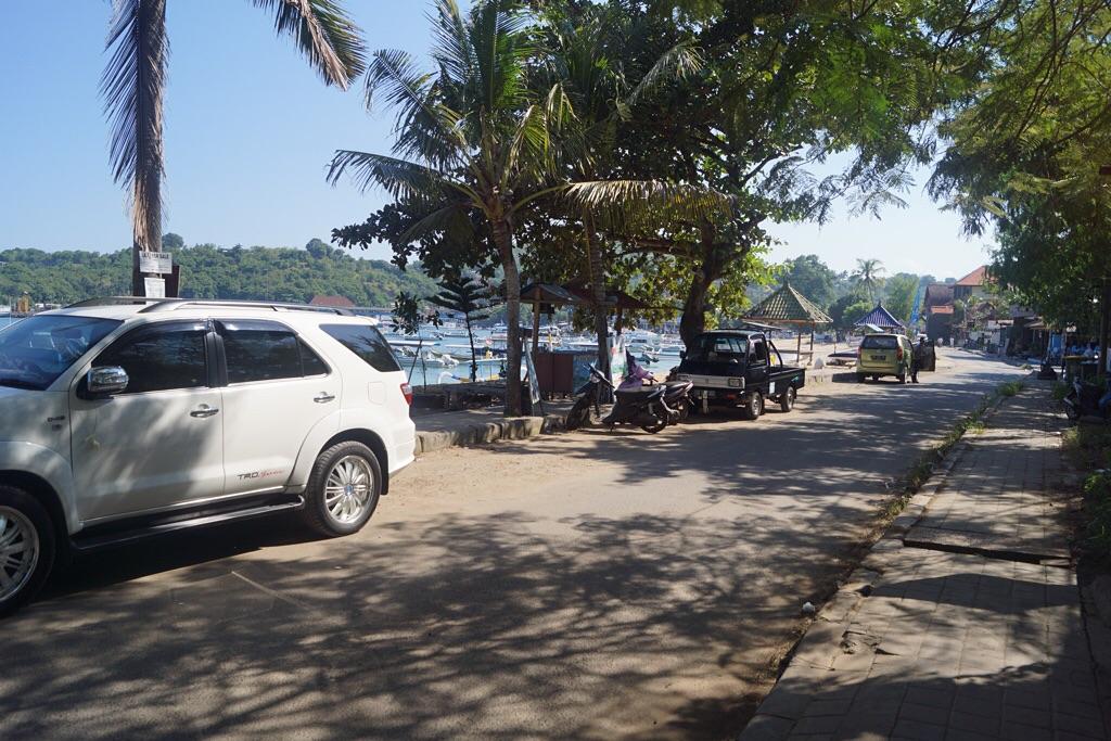 Die Straße am Strand in Padangbai