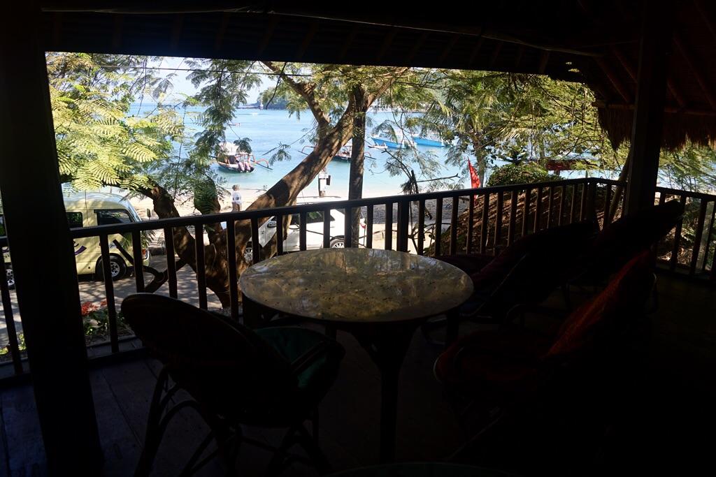 Terrasse mit Meerblick im Obergeschoß des Topi Inn (Padangbai)